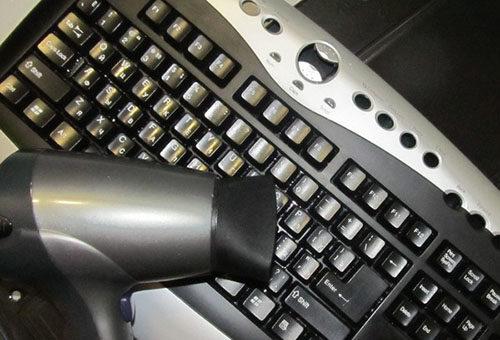 чистим клавиатуру феном