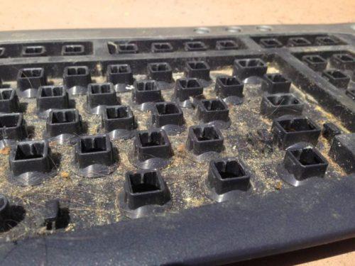 чистка клавиатуры под клавишами